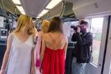 Pokaz mody w pociągu Kolei Śląskich. Piękna prezentacja Mai Puente NOWE ZDJĘCIA