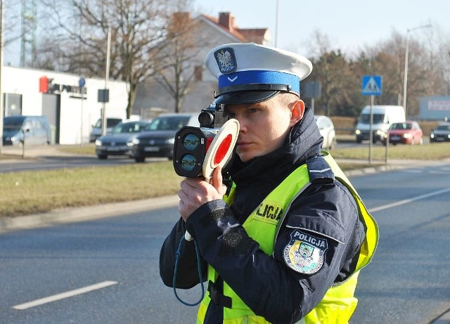 Zgodnie z obowiązującymi przepisami, policjanci zatrzymali obydwu kierującym prawa jazdy, ukarali mandatami karnymi po 500 zł. Obaj otrzymali także po 10 punktów karnych.