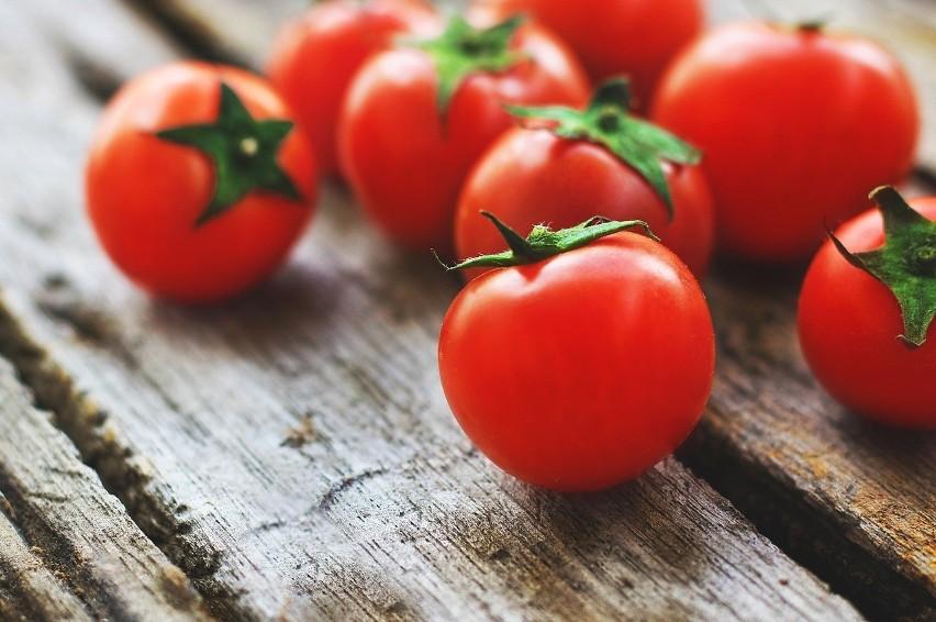 Pomidory dłużej zachowają dobry stan poza lodówką.