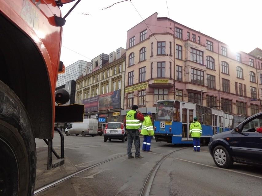 Wrocław: Tramwaj po raz drugi wykoleił się na Krupniczej. Znów są utrudnienia i objazdy (ZDJĘCIA)