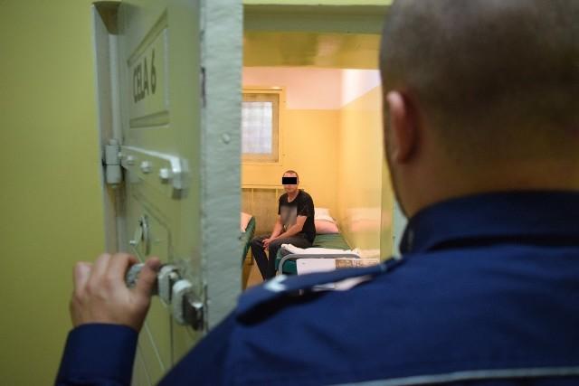 36-latek był poszukiwany dwoma listami gończymi za kradzieże, włamania i znieważenie policjanta. W więzieniu spędzi najbliższe trzy lata.