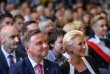 Prezydent Andrzej Duda wraz z małżonką zainaugurował rok szkolny w Gdyni w III LO im. Marynarki Wojennej. Działacze KOD zakłócili wizytę