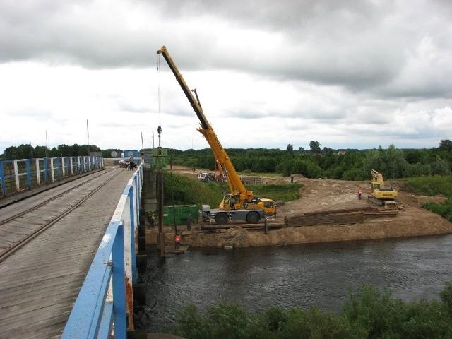 Trwają prace przy budowie nowego mostu w Małkini. Stary most stał będzie do co najmniej do wiosny 2010
