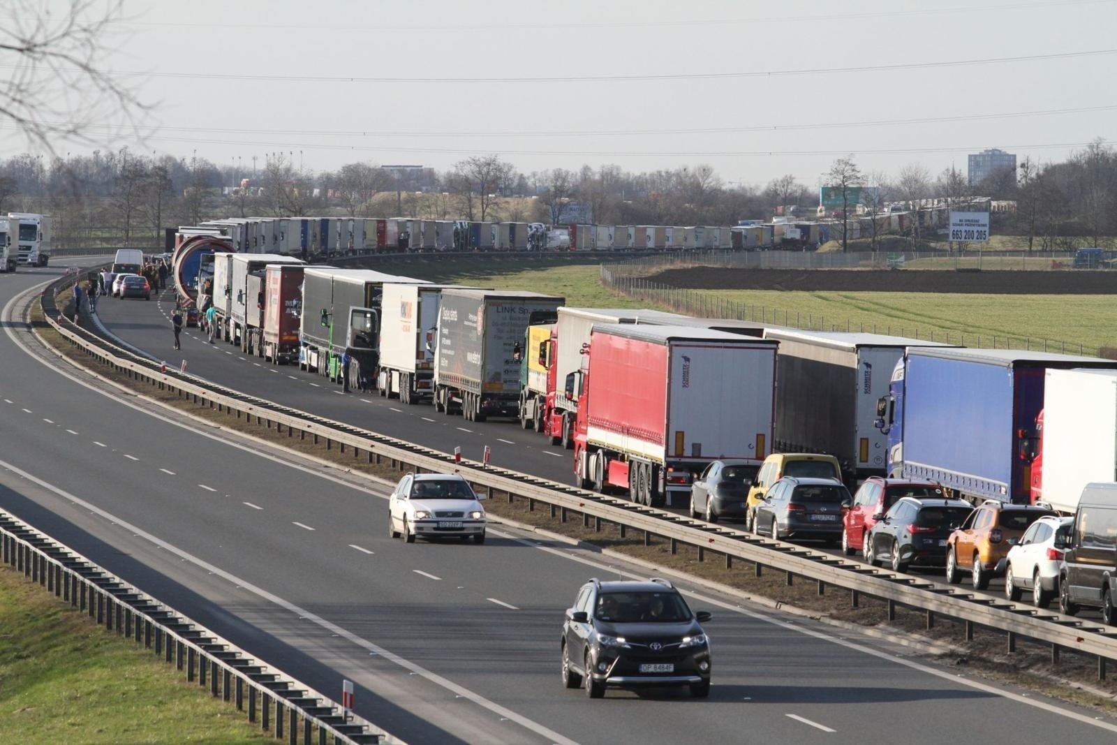 c81cee5bd7240 Gigantyczny zator na opolskiej autostradzie A4. Utrudnienia na pasie ...