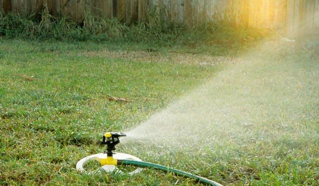 nawadnianie ogroduDzięki prawidłowo zaprojektowanym systemom nawadniania ogrodu oszczędzamy do 50% wody w porównaniu do podlewania ręcznego.