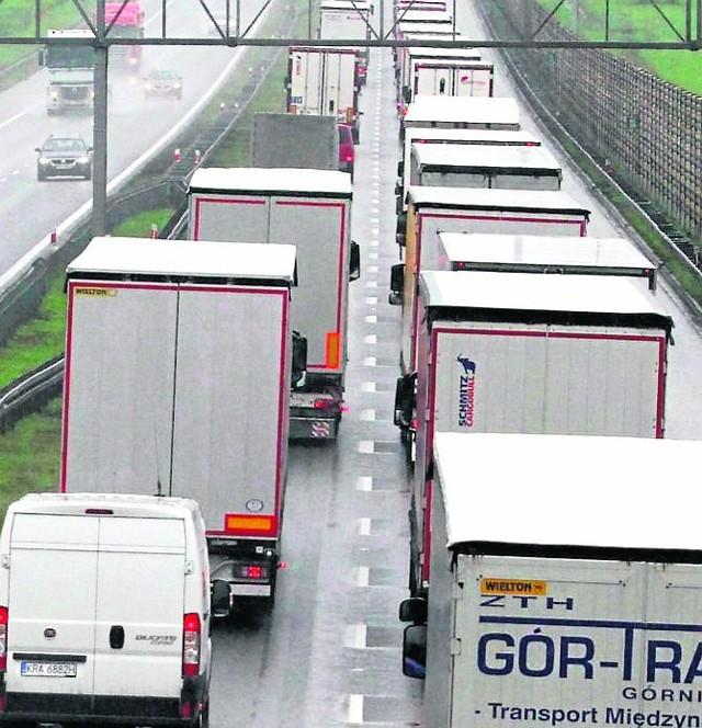 W wakacje korki na autostradzie A4 są większe. Bo nie zmniejsza się liczba tirów, a przybywa osobówek