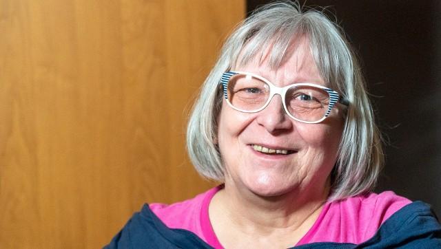 Seniorzy otrzymali kartę do Biedronki. Co miesiąc wpłynie na nią 150 zł