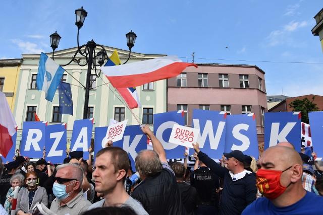 Rybnik: Zwolennicy Trzaskowskiego żegnali Andrzeja Dudę podczas wizyty prezydenta na rynku Zobacz kolejne zdjęcia. Przesuwaj zdjęcia w prawo - naciśnij strzałkę lub przycisk NASTĘPNE