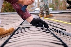 Grzyb w mieszkaniu może sie pojawić z powodu przeciekającego dachu. Należy wtedy przeprowadzić prace remontowe. (fot. sxc)