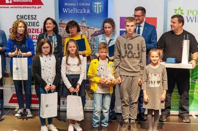 Mistrzowie ortografii 2018 i wyróżnieni z organizatorami konkursu