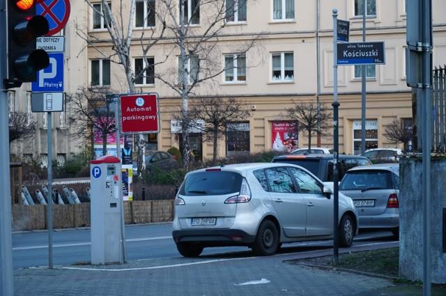 Podwyżki opłat w strefie parkowania Poznaniu dopiero od 1 czerwca. Miały wejść 1 kwietnia. Radni przesunęli termin z powodu koronawirusa