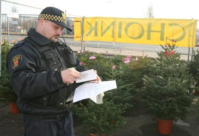 Strażników miejskich nie sposób na targowisku nie zauważyć. Wszyscy ubrani są w mundury. Nie zdradzają jednak godzin kontroli. Pojawiają się o różnych porach dnia