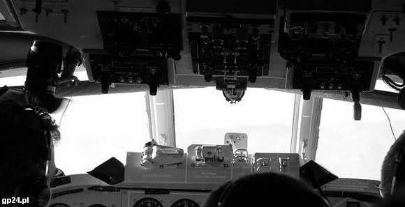 Kontrolerzy ruchu z lotniska w Smoleńsku polscy piloci rozmawiali w dwóch językach.