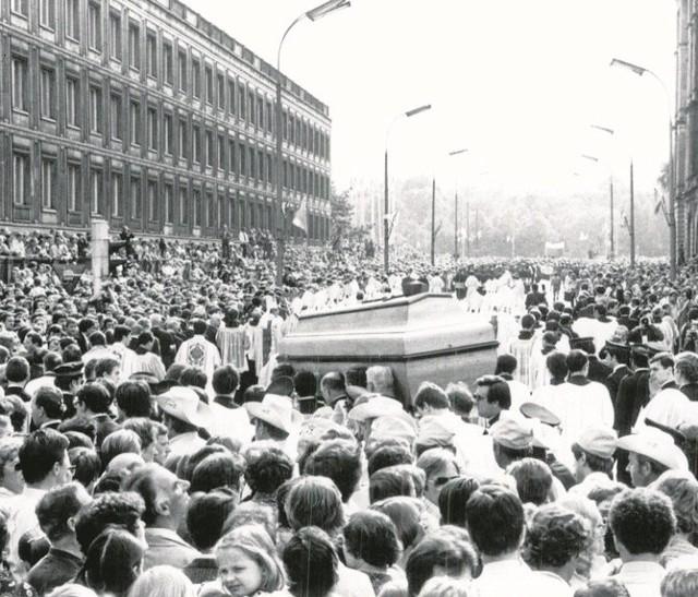 Kondukt pogrzebowy ks. kardynała Stefana Wyszyńskiego