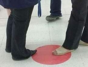 W Carrefour przy ul. Andersa w Lublinie czerwoną kropkę naklejono na podłodze przy stoisku z wędlinami i serami (fot. Maciej Kaczanowski / Dziennik Wschodni)