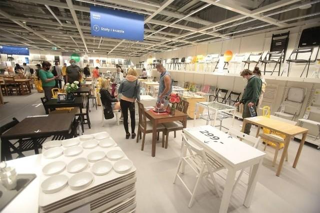 IKEA wyprzedaje meble! To ostatnia szansa na zakup stylowych krzeseł. Nie będzie ich już w asortymencie, więc możecie kupić je w obniżonych cenach. Zobaczcie, co przygotowała IKEA. Czekają spore rabaty i zniżki. Jeśli poszukujecie krzeseł do salonu czy jadalni, ta oferta jest dla Was. Ciekawe promocje przygotował też sklep Black Red White. Ceny mebli obniżono nawet o 40 proc. Taniej kupicie kanapy, łóżka czy szafki. WSZYSTKIE SZCZEGÓŁY ORAZ ZDJĘCIA ZNAJDZIESZ KLIKAJĄC >>>> TUTAJ