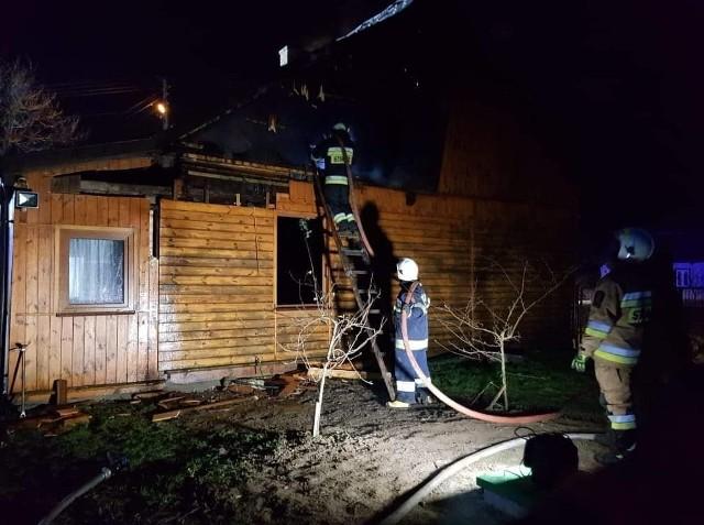 W akcji gaśniczej brało udział pięć zastępów straży pożarnej.