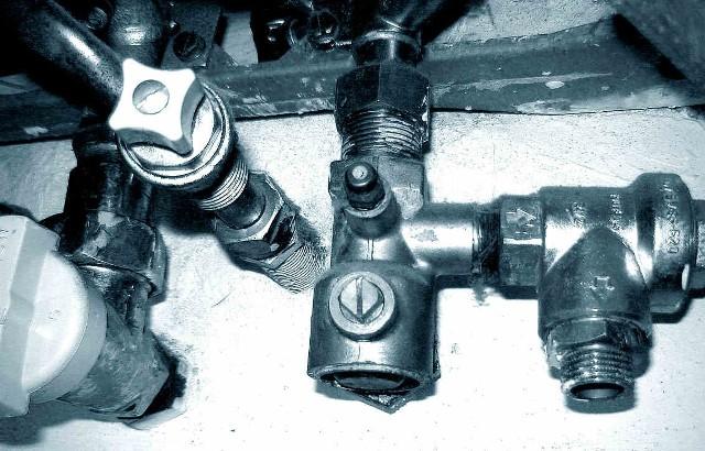 ZawórBezwzględnie należy przestrzegać zasad bezpiecznego używania podgrzewaczy wody.