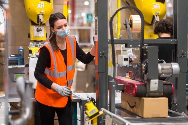 Amazon rekrutuje i podnosi pensje dla pracowników wynagradzanych stawką godzinową w centrach logistycznych w Polsce