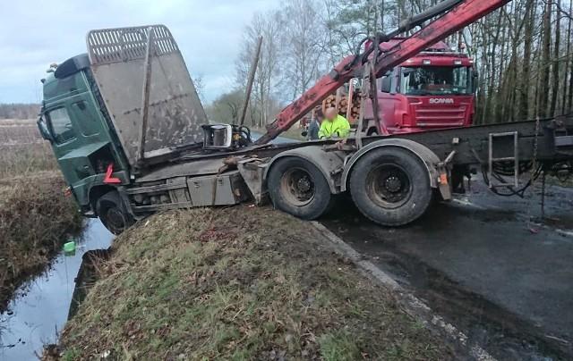 Do późnej nocy w poniedziałek, 10 lutego, trwało podnoszenie ciężarówki, która przewróciła się koło Niwisk. Zobaczcie film z akcji.Ciężarówka wyładowana drewnem przewróciła się podczas jazdy  w poniedziałek, 10 lutego, koło Niwisk. Na drogę wypadło przewożone drewno. Najpierw je przeładowano, potem rozpoczęła się akcja podnoszenia auta. Droga była zablokowana przez kilkanaście godzin. Czytaj także: Ciężarówka z drewnem przewróciła się i blokuje drogę. Na miejscu zielonogórska policja