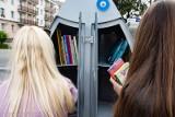 Białostockie regały książkowe wróciły na przystanki. Znów można pożyczać książki [ZDJĘCIA]