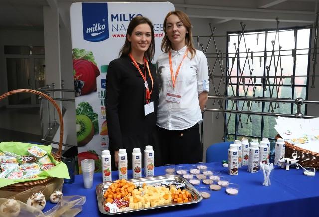 Na stoisku Mlekpolu, firmy, która przed laty przejęła radomski Rolmlecz na pytania uczniów odpowiadały: Agata Wrochna (z lewej) i Joanna Gruda.