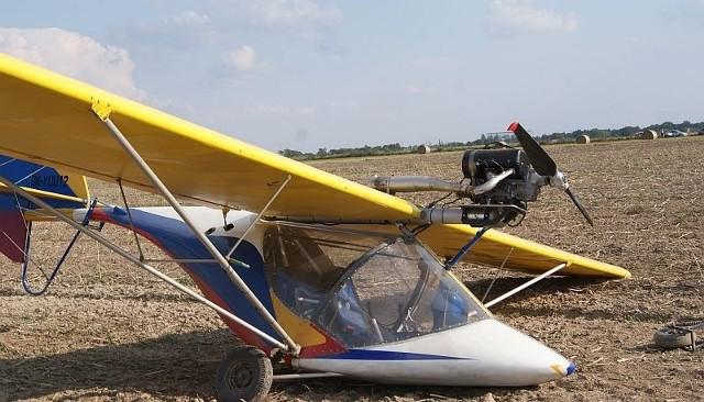 Samolot wylądował na polu. Pilotowi nic się nie stało.