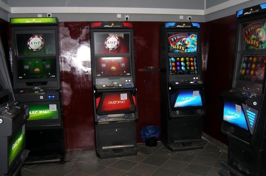 Tylko w ostatnim tygodniu funkcjonariusze podlaskiej Krajowej Administracji Skarbowej (KAS) zlikwidowali 6 nielegalnych salonów gier, zabezpieczając 21 automatów działających wbrew ustawie o grach hazardowych. Zgodnie z nowymi przepisami obowiązującymi od 1 kwietnia br. osoby urządzające tego typu gry bez wymaganej koncesji lub posiadające nielegalne automaty muszą liczyć się z karą pieniężną w wysokości 100 tys. od każdej maszyny.