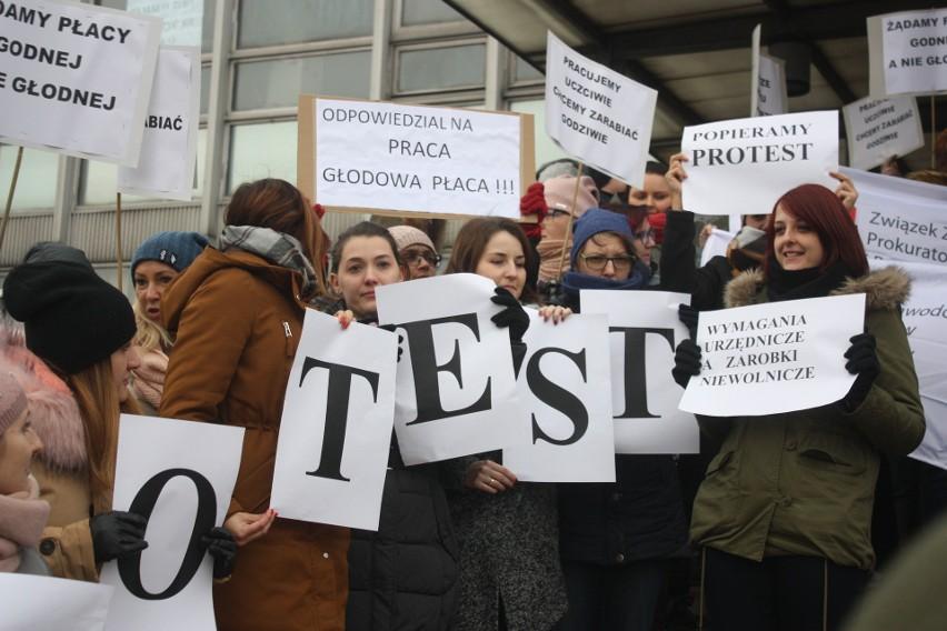 Protest pracowników prokuratury odbył się przy ulicy Wita Stwosza, przed siedzibą m.in. Prokuratury Regionalnej i Prokuratury Okręgowej w Katowicach oraz Śląskiego Wydziału Zamiejscowego Departamentu do Spraw Przestępczości Zorganizowanej i Korupcji Prokuratury Krajowej