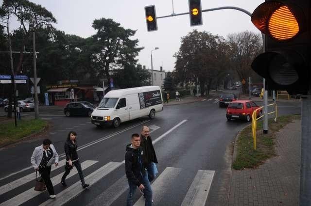 Żółte ostrzegawcze światło pulsuje już na skrzyżowaniu w pobliżu szpitala na Bielanach