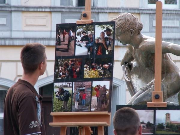 Wystawione na rynku zdjęcia od razu przyciągnęły mieszkańców