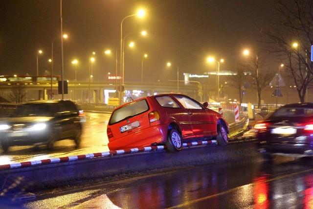 Dzisiaj po godz. 20.00 na Krzywoustego w kierunku Warszawy, tuż za remontowanym odcinkiem na moście na Widawie kierowca volkswagena polo uderzył w bariery, oddzielające pasy jezdni