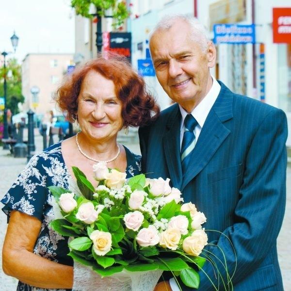 Lucyna i Tadeusz Perkowscy przed swoim mieszkaniem w kamienicy na Starym Mieście