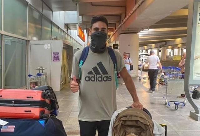 Taylor Sander na lotnisku w Warszawie z dzieckiem w wózku