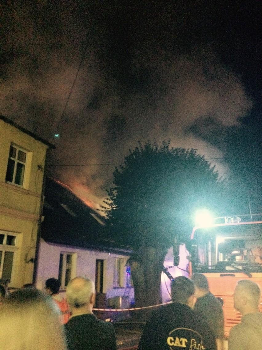 Po pożarze w Czaplinku: Spalony garaż, auto i 3 zniszczone mieszkania