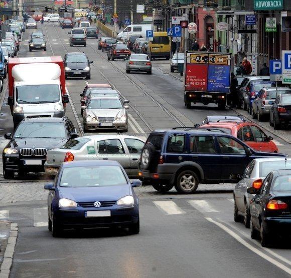 Takie korki mogą być tu do końca roku. Zarząd Dróg i Transportu Miejskiego zapowiada bowiem, że tyle czasu fachowcy potrzebują do przeprogramowania sygnalizacji.