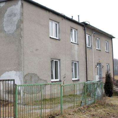 Komfortu w Dziękoniach nie ma, ale dla rodzin eksmitowanych za długi, dobry jest każdy dach nad głową.