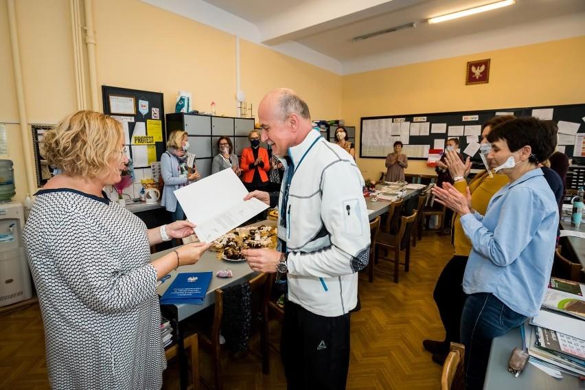 We wtorek (13 października) w II LO odbyła się skromna uroczystość z okazji Dnia Edukacji Narodowej. Dyrekcja szkoły wręczyła nagrodzonym nauczycielom dyplomy, a Samorząd Uczniowski złożył życzenia pedagogom.