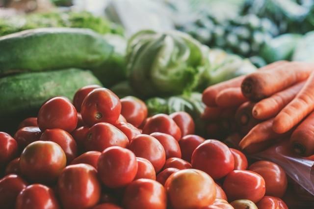 """Amerykańska organizacja EWG co roku publikuje listę najbardziej skażonych pestycydami warzyw i owoców. To tzw. brudna 12. Co znalazło się w 2018 roku na tej liście? Sprawdźcie! >>>Pestycydy – co to jest? Pestycydy to substancje, które stosowane są w rolnictwie, szczególnie po to, aby zwalczać szkodniki czy choroby roślin. Okazuje się, że większość warzyw i owoców może zawierać wykrywalnych poziom substancji, które zaliczane są do tych szkodliwych. Niebezpieczne są one szczególnie dla dzieci i kobiet w ciąży.  Parszywa 12 – lepiej jej unikaćCo roku amerykańska organizacja EWG tworzy listę – parszywą (brudną) 12. Znajdują się na niej owoce i warzywa najbardziej skażone pestycydami. Tworzona jest ona w oparciu o badania tysięcy próbek warzyw i owoców wykonanych w Stanach Zjednoczonych.Organizacja Environmental Working Group przede wszystkim specjalizuje się w badaniach środowiska właśnie pod kątem niezdrowych, toksycznych substancji. Jej przewodniki przydatne są każdemu, kto dba o zdrowie swoje i swoich najbliższych. Jednak biorąc pod uwagę podatność warzyw i owoców na zanieczyszczenia, podobne wyniki mogłyby być efektem badań przeprowadzonych także w Europie. Jak pozbyć się pestycydów?Nie zapominajcie także o tym, że dla bezpieczeństwa należy wymyć starannie każde warzywo czy owoc. Jednym ze sprawdzonych sposób jest wykorzystanie do tego soli morskiej lub soku z cytryny. W takiej mieszance moczymy warzywa przez ok. 10 minut, po czym płuczemy pod bieżącą wodą. Czytaj także: Trujące rośliny. Mogą wywołać wysypkę, duszności...Sprawdź, czy nie masz ich w domu<script class=""""XlinkEmbedScript"""" data-width=""""640"""" data-height=""""360"""" data-url=""""//get.x-link.pl/7da7cbb1-9039-0b54-b2c3-3b7cb18f0692,af7f258b-4028-ac07-f313-d97c69614a7d,embed.html"""" type=""""application/javascript"""" src=""""//prodxnews1blob.blob.core.windows.net/cdn/js/xlink-i.js?v1""""></script>Agencja TVN/x-news"""