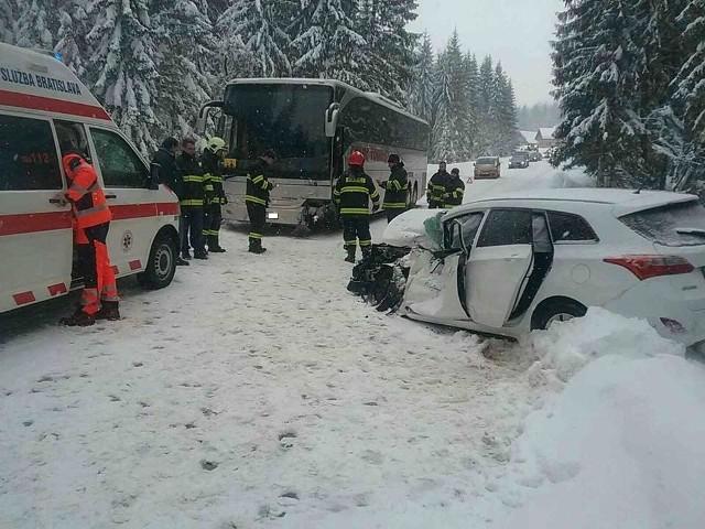 Z nieoficjalnych informacji wynika, że autokarem jechały dzieci na wycieczkę do Zuberca. Do wypadku doszło niedaleko polsko-słowackiej granicy z powodu niedostosowania prędkości do warunków panujących na drodze przez słowackiego kierowcę.