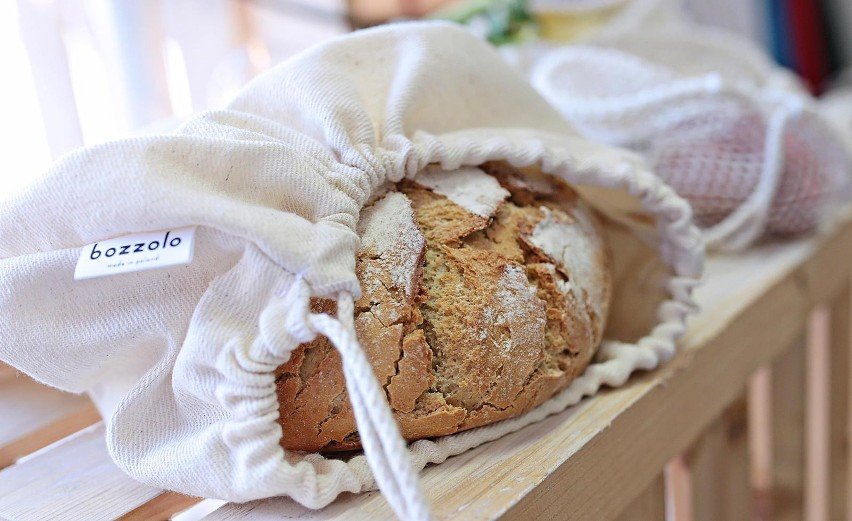 Wiele osób przechodząc na dietę, niesłusznie eliminuje z niej pieczywo, jako jeden z najbardziej kalorycznych składników. Jednak w ten sposób ogranicza spożycie potrzebnych, złożonych węglowodanów oraz błonnika. Najczęściej nie sam chleb tuczy, ale dodatki, które z nim spożywamy.