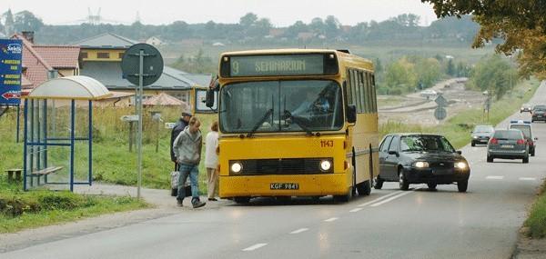 W środę przy ul. Francuskiej: przepisy łamie autobus, bo zatrzymał się w obrębie skrzyżowania i obok podwójnej linii ciągłej oraz samochód osobowy, bo wyprzedza na tej linii. Tak jest tu codziennie.