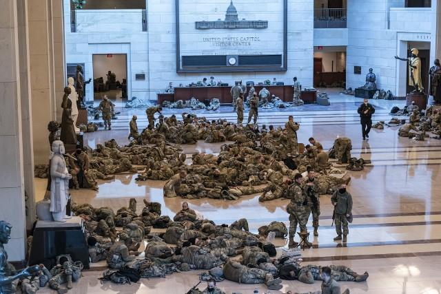 Gwardia Narodowa odpoczywa w murach Kapitolu.