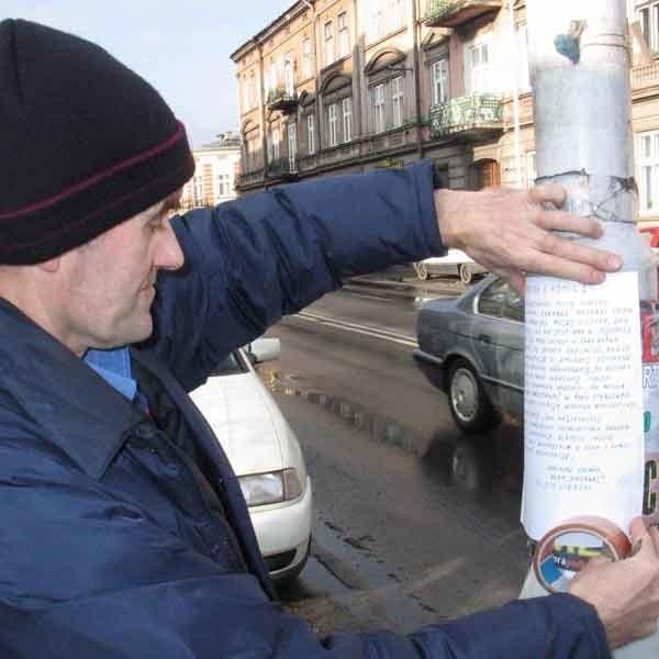 Wiesław Griner rozkleił w Przemyślu plakaty z prośbą o pomoc w wyjaśnieniu śmierci jego siostry