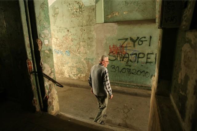 Napisy na ścianach na klatce schodowej - sprawka chuliganów - towarzyszą mieszkańcom od lat