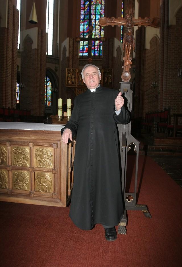 """Proboszcz szczecińskiej katedry Jan Kazieczka cieszy się z listu o zachowaniu ostrożności na drodze. - Arcybiskup przypomina piąte przykazanie: nie zabijaj - powiedział reporterowi """"Głosu"""" proboszcz."""