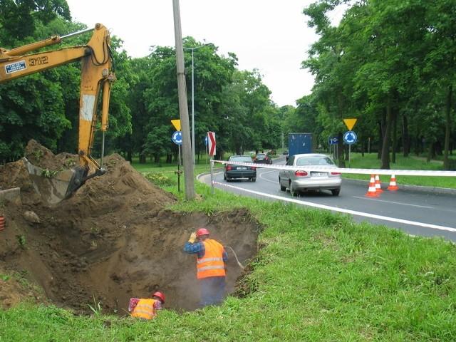 Od wczorajszego ranka pracownicy ZEC odkopywali pękniętą magistralę pod krajową 12 w centrum miasta
