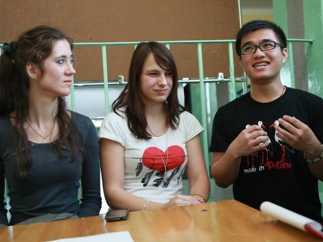 Kang Zhongjun, Zuzana Lukaeova i Tatiana Kleymenova prezentowali gimnazjalistom ciekawostki o swoich krajach.