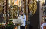 W kościele pw. św. Michała odbywają się modlitwy przy relikwiach św. Jana Pawła II. Księża proszą, by nie siadać blisko siebie