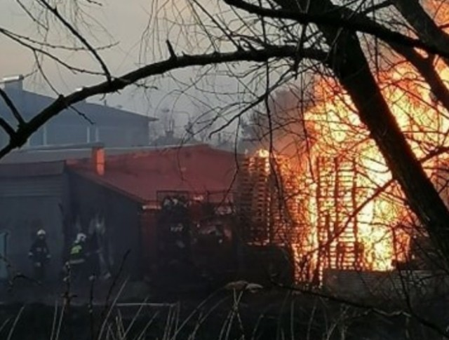 Strażacy gasili pożar przy ulicy Rajskiej w Rybniku.Zobacz kolejne zdjęcia. Przesuwaj zdjęcia w prawo - naciśnij strzałkę lub przycisk NASTĘPNE